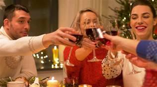 參加聚會和飯局,不要有這三個不懂規矩的動作,以免得罪人